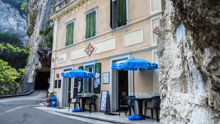 Die kleine Bar an der Madonna della Corona. Auch hier ist das Malteserkreuz gut zu sehen