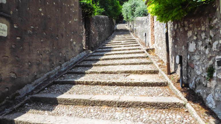 Die erste der vielen Treppen auf dem Pilgerweg hoch zur Wallfahrtskirche