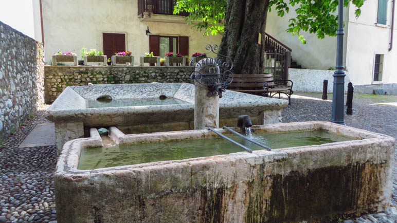 Der Brunnen in Brentino, direkt am Beginn des Treppenwegs