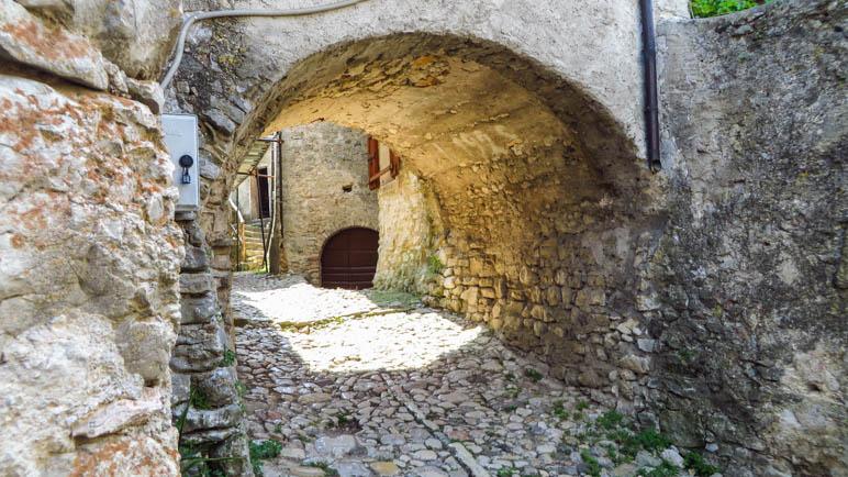 Ein steinerner Bogen als  Durchgang in den Gassen von Campo
