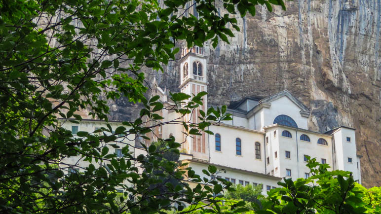 Der erste Blick auf die Kirche Madonna della Corona