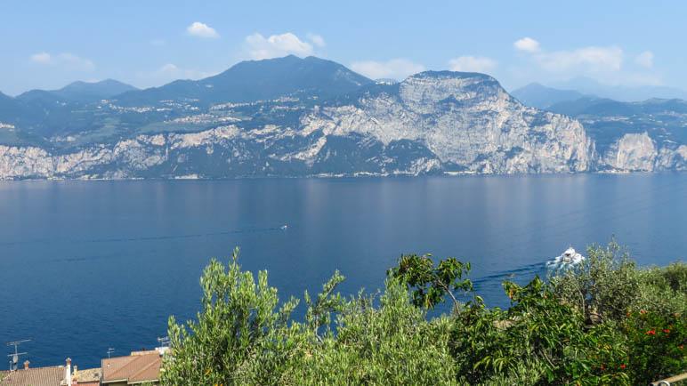 Ein Blick auf den Gardasee und Tignale mit dem Santuario di Montecastello