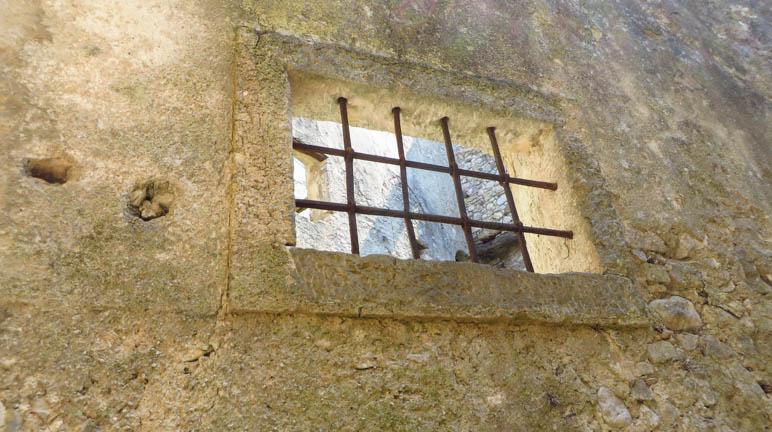 Ein Gitterfenster
