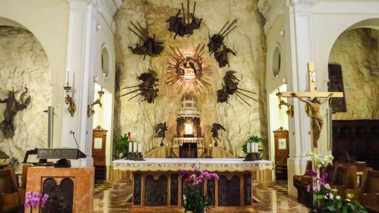 In der Kirche. Nordwand hinter dem Altar und de Westwand der Kirche bestehen aus Fels