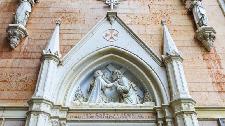 Das Kirchenportal mit dem Malteserkreuz
