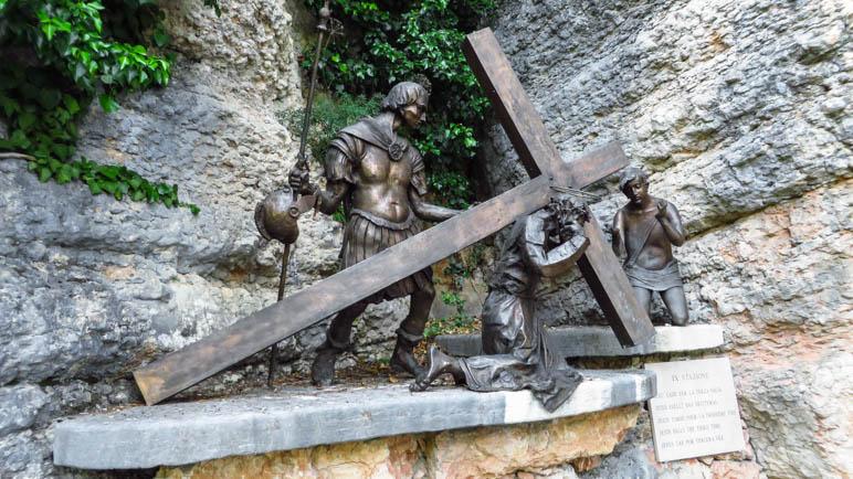 Eine der Kreuzwegsstationen auf dem Weg von Spazzi zur Wallfahrtskirche