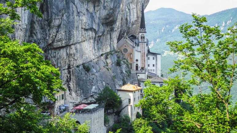 Die Kirche ist direkt an die Felswand gebaut