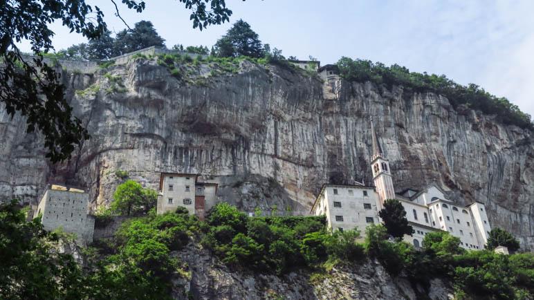 Wie aufgereiht stehen die Gebäude und die Kirche an der Felswand