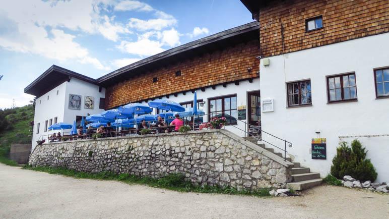 Das Rauschberghaus mit seiner Terrasse, nur zwei Minuten von der Bergstation entfernt