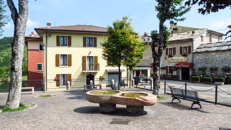 Der Dorfplatz von Spiazzi. Hier beginnt der Weg zur Kirche
