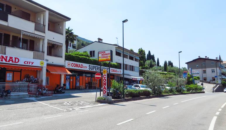 hinter dem Conad Markt in Magugnano führt sie steile Straße links auf den Parkplatz
