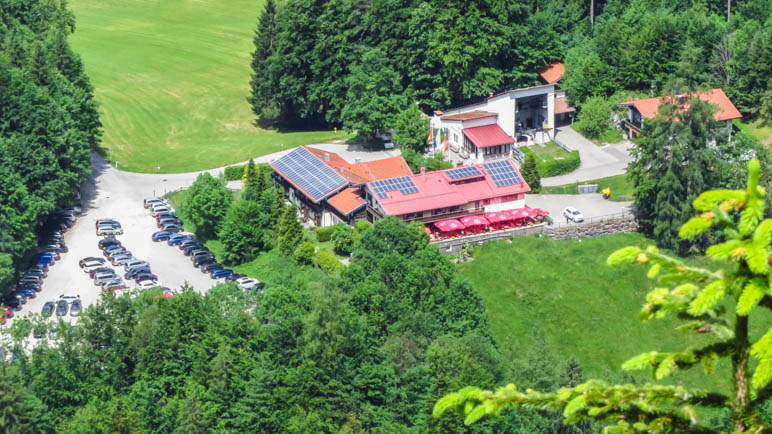 Der Blick auf die Talstation mit dem Parkplatz und den Gasthof Taubensee vom Hutzenauer Steig aus