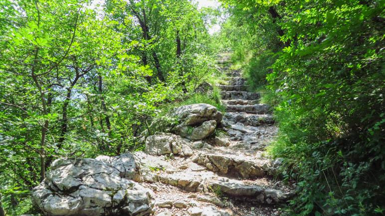 Auf den vielen Treppen des Wanderwegs