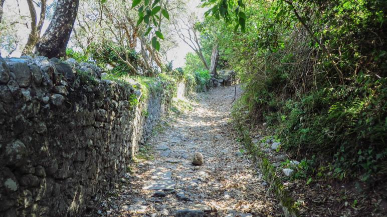 Der steile Abstieg von Campo nach Marniga