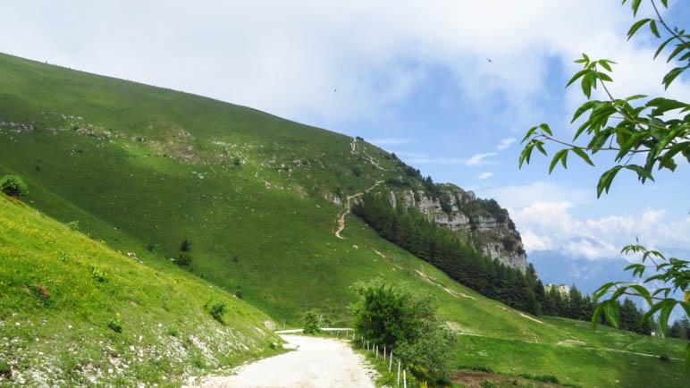 Gut zu erkennen: Der steile Abstiegsweg von der Colma di Malcesine