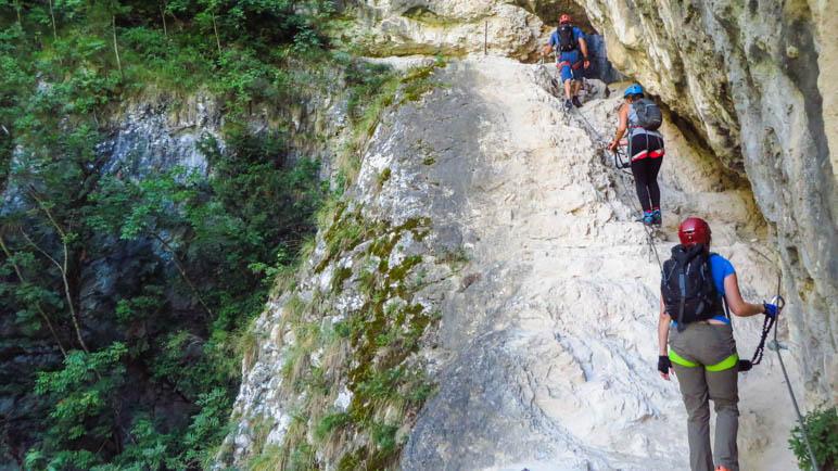 Der Einstieg in die Schlucht erfolgt über ein breites Felsband