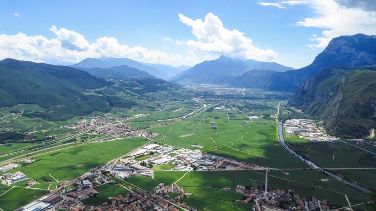 Der Ausblick von der Bergstation der Seilbahn auf das Etschtal, Mezzocorona und die Paganella