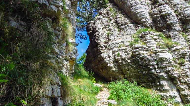 Ein schmaler Durchgand zwixchen den Felsen