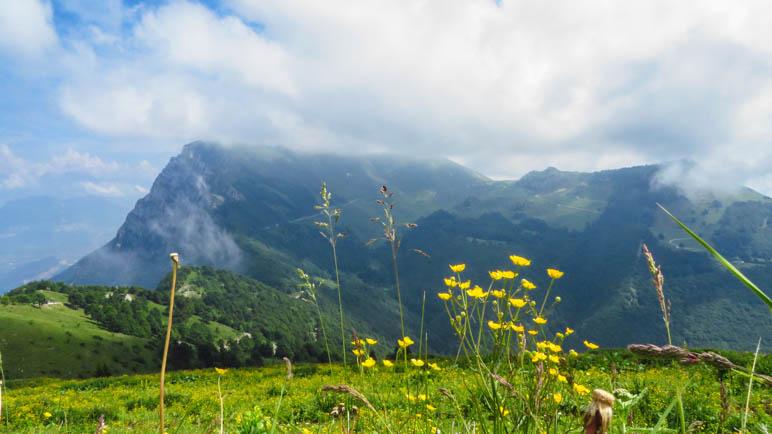 Der Gipfel des  Monte Altissimo di Nago ist in den Wolken verschwunden