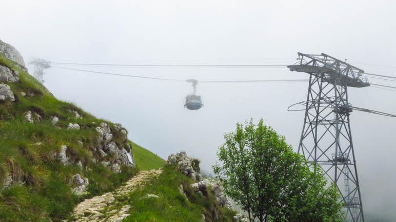 Kurz vor dem Ende der Wanderung unterquert man die Monte Baldo Seilbahn