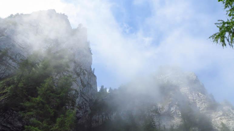 Die Felsen oberhalb sind von Nebelschwaden umgeben
