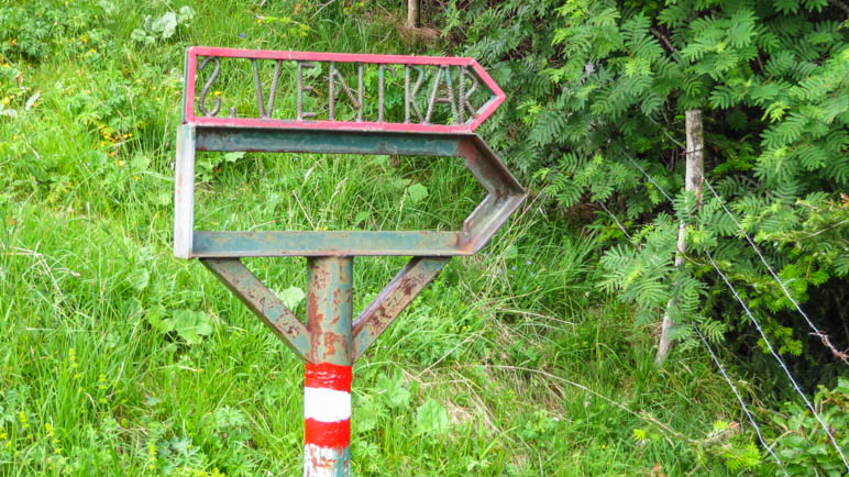 Ein ungewöhnlicher Wegweiser zum Einstieg in den Sentiero del Ventrar
