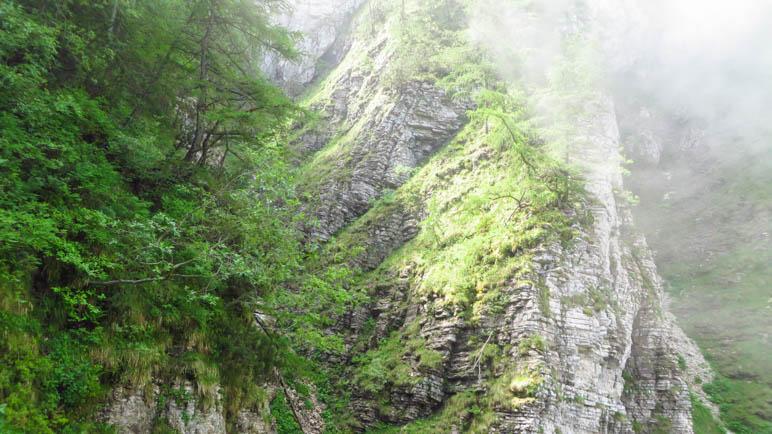 Ein wolkenverhangener Felskamm