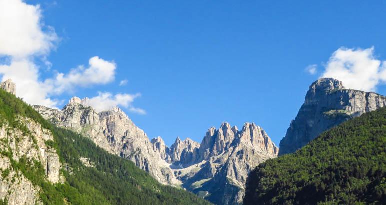 So sieht man die Brenta-Dolomiten vom Molvenosee aus