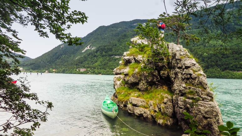 An der winzigen Felseninsel im Molvenosee