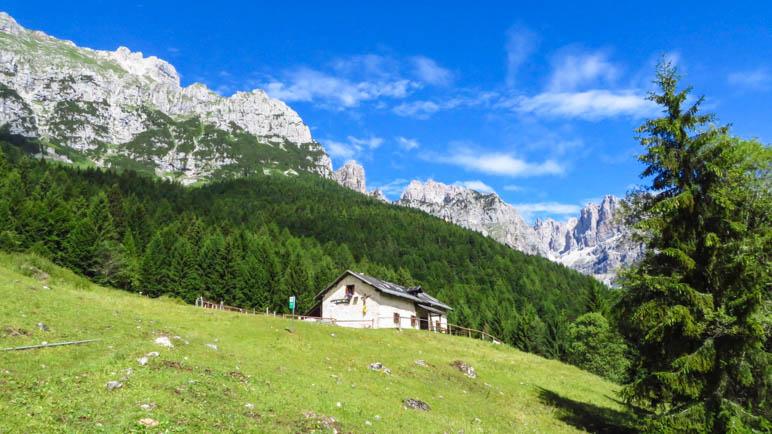 Die Malga di Andalo vor den Brenta-Dolomiten