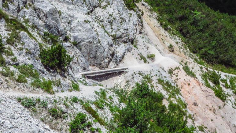An diesem Stück ist der Weg weggebrochen und mit einer Brücke ausgebessert