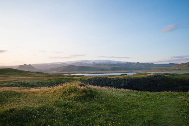 Ein abendlicher Blick vom Kap Dyrholaey zum Myrdalsjökull