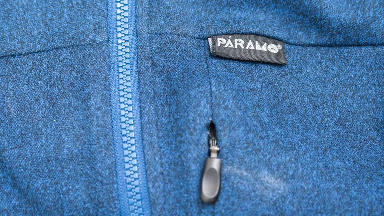 Das schlichte Páramo-Logo auf der Fleecejacke