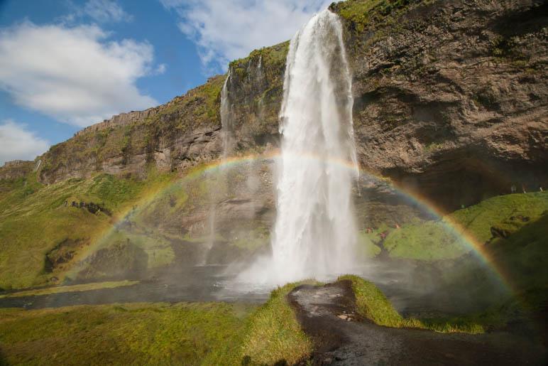 Regenbogen am Seljalandsfoss, einem der vielen Wasserfälle, die wir geehen haben