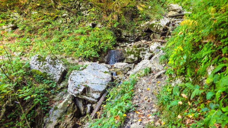 Bachquerung über Felsbrocken