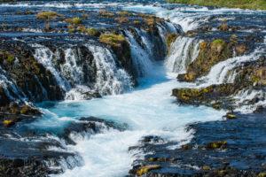 Je nachdem, wie man ihn fotografiert, kann der Brúarfoss sehr mächtig aussehen