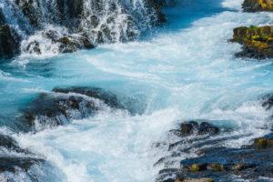 Für dieses Wasser ist der Brúarfoss in Islands Golden Circle bekannt. So blau ist kein anderer Wasserfall