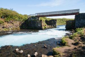 DIe Brücke über den Brúarfoss vom Ufer aus gesehen