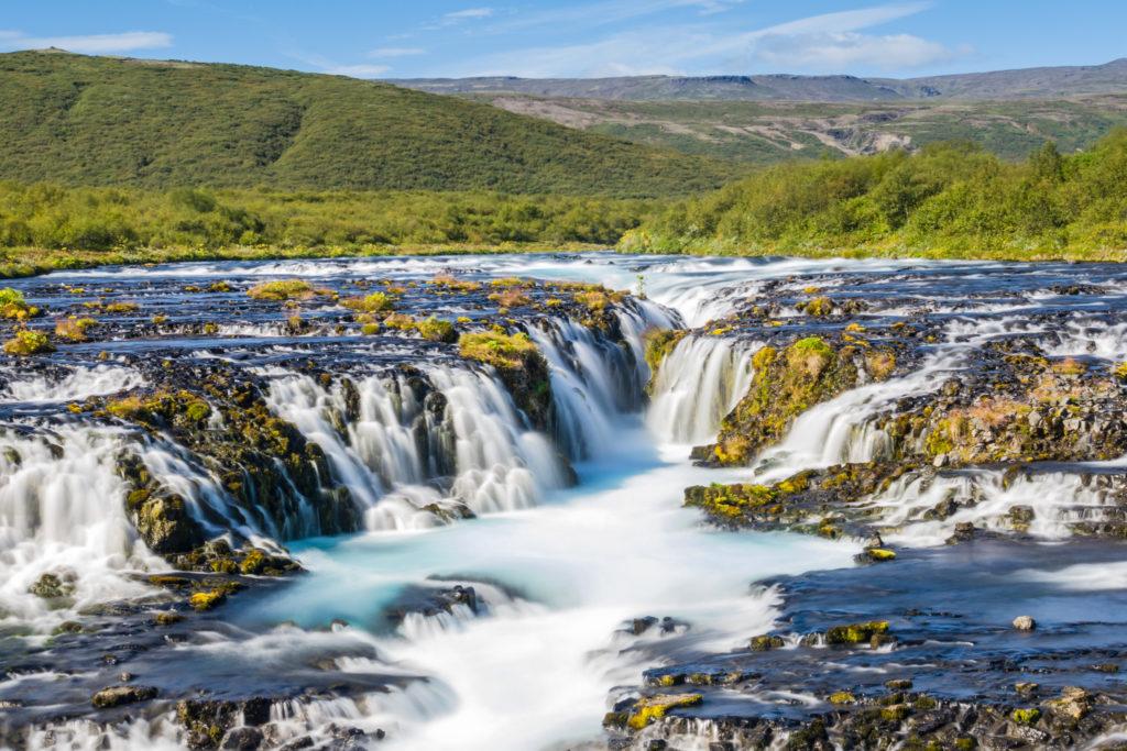 Trotz seiner geringen Größe giilt der Brúarfoss vielen als schönster Wasserfall Islands