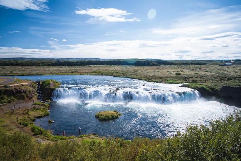 Der Blick vom Aussichtspunkt hinab auf den Wasserfall und die Umgebung