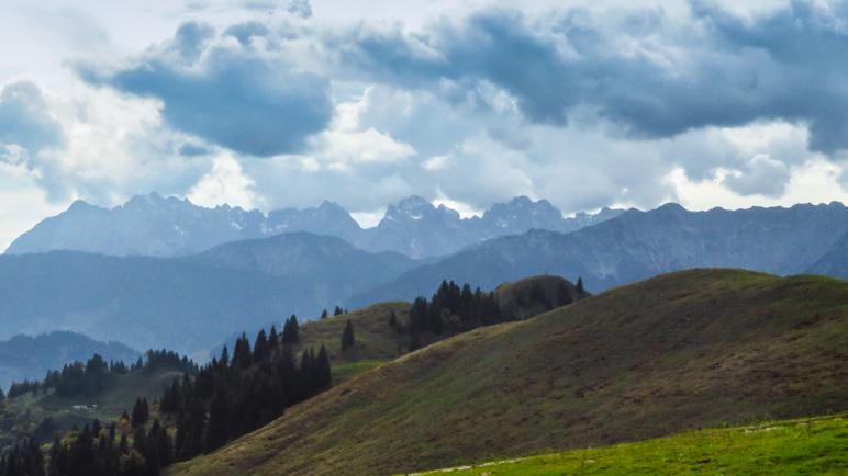 Der Ausblick auf das Kaisergebirge, das bei unserem Besuch etwas in Dunst und Wolken liegt