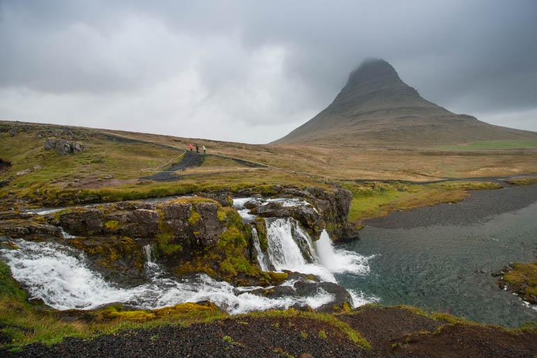 Den Kirkjufell mit dem Kirkjufellsfoss hätten wir gerne bei Sonnenschein fotografiert, leider standen wir im Dauerregen dort