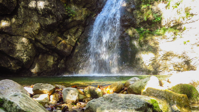 Am Wasserfall, unterhalb der kleinen Brücke