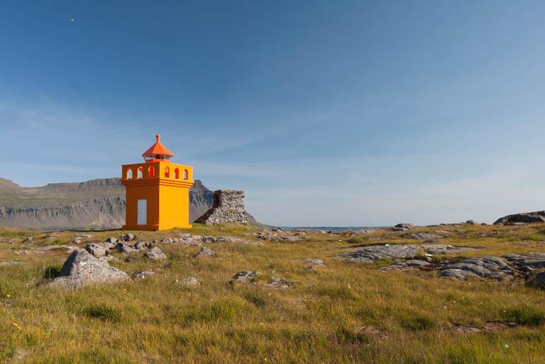 Ein kleiner oranger Leuchtturm an der Ostküste Islands, ein Stück hinter Stöðvarfjörður