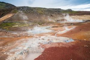 Die Erde im Seltún-Gebiet ist so stark gefärbt, dass es teilweise unnatürlich aussieht