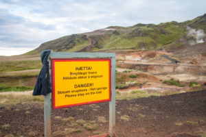 Die Gefahrenschilder sollte man beschten und auf den markierten Wegen bleiben