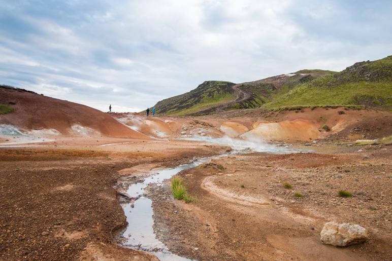 Das Seltún-Gebiet erscheint wie ein Fremdkörper zwischen den grünbewachsenen Hügeln
