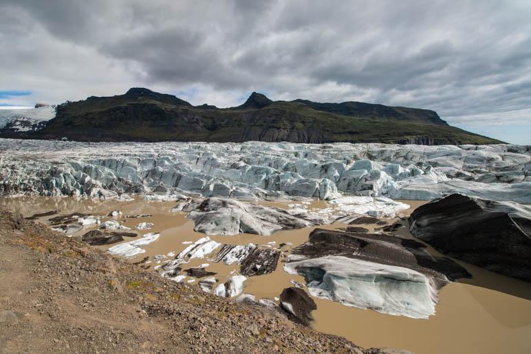 Am Svínafellsjökull, dessen Gletschersee wie Milchkaffee aussieht