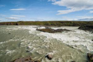 Der Urriðafoss mit den Felsen in der Mitte des Flusses Þjórsá