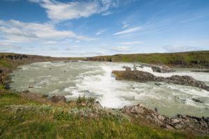 Der Urriðafoss. Achtet auf den Angler am unteren Bildrand!